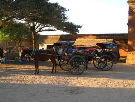 Bagan / Myanmar - 06 gennaio 2010: Il carro con il cavallo, Bagan, Myanmar Editoriali