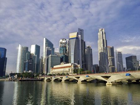 Singapur - 03 de marzo de 2012: la vista de los rascacielos en el puerto deportivo, Singapur