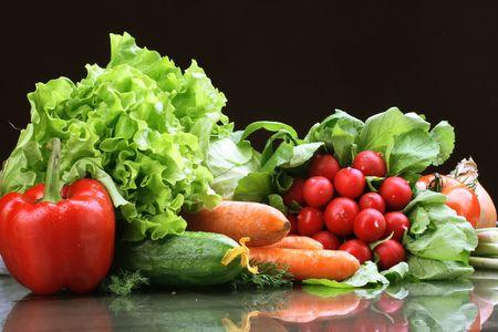 viveres: Verduras frescas, frutas y otros comestibles.