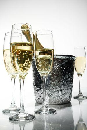bouteille champagne: Champagne fl�tes et seau de glace