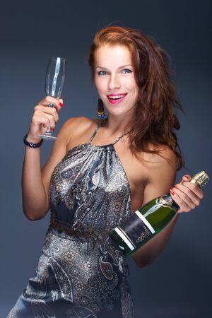 botella champagne: Hermosa mujer con ?�hampagne