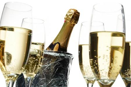 botella champagne: Flautas de champ�n y cubo de hielo  Foto de archivo