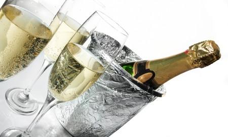 brindis champan: Flautas de champ�n y cubo de hielo  Foto de archivo