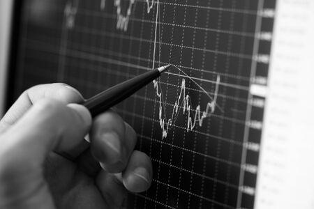 crisis economica: Diagrama de mostrar de mano del empresario sobre el informe financiero con l�piz