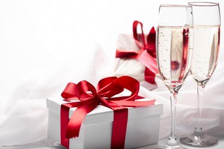 sektglas: Geschenk dekoriert mit Bogen, Glas Wein