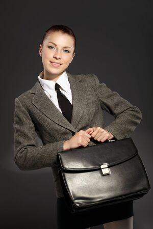 black briefcase: Empresaria con malet�n negro