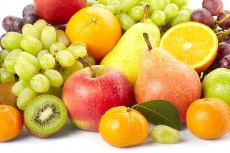 vitamina a: frutas frescas sobre el fondo blanco Foto de archivo