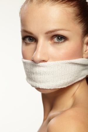 imbavagliare: Cute giovane donna con banda bianca sulla bocca