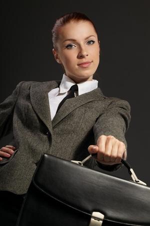 black briefcase: Empresaria con malet?n negro