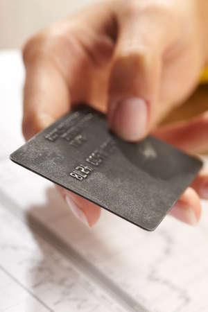 tarjeta visa: tarjeta de cr�dito en mano humana  Foto de archivo