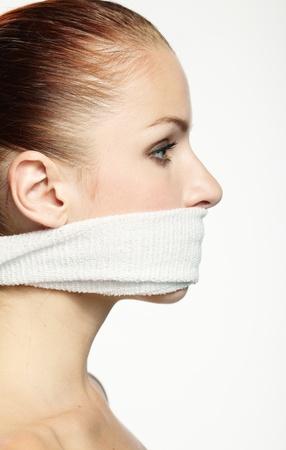 kokhalzen: Leuke jonge vrouw met witte band op de mond