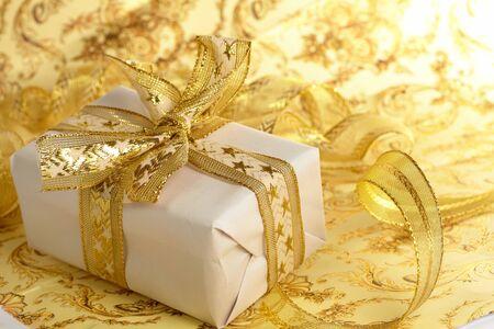 Mooie geschenkdoos op de gouden achtergrond