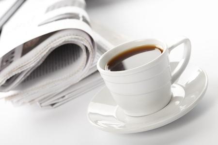 periodicos: Taza de caf� arom�tico en un programa matutino de noticias de negocios de papel