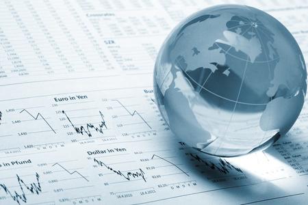 Globe op zakelijke documenten Stockfoto
