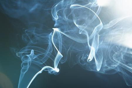 roken op de zwarte achtergrond Stockfoto
