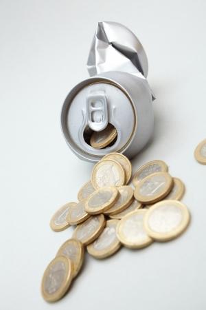 crushed aluminum cans: Aluminio machacada con monedas