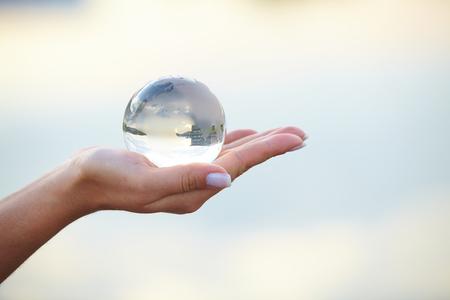 madre tierra: Bola de cristal en la mano Foto de archivo