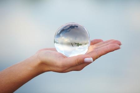 Bola de cristal en la mano Foto de archivo - 32462227