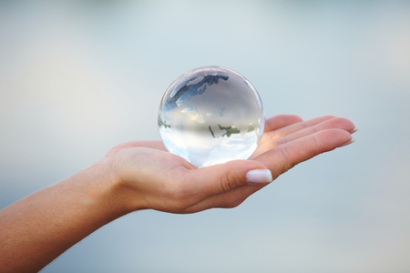 Kristallen bol op de hand Stockfoto