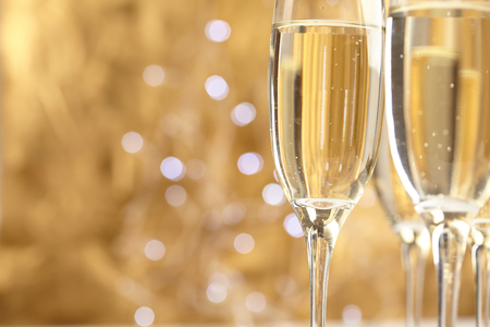 Champagne op gouden achtergrond Stockfoto