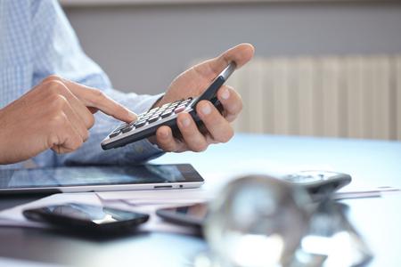 salarios: hombre de negocios con la calculadora Foto de archivo