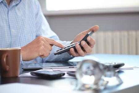 calculadora: hombre de negocios con la calculadora Foto de archivo