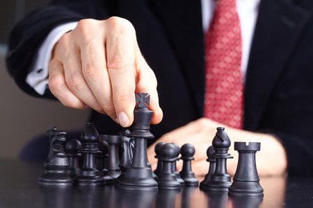 ビジネスマンのチェスのゲームをプレイ