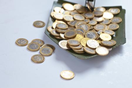 remuneraci�n: shovel with money Foto de archivo