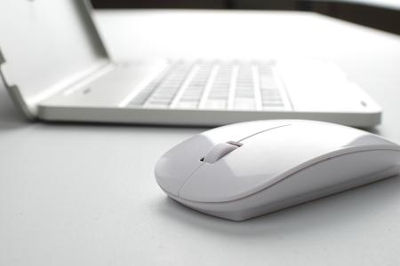 myszy: laptop z myszką