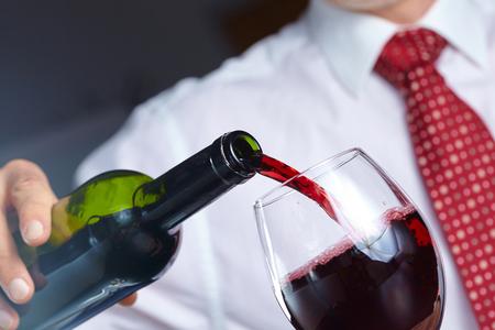 uomo rosso: l'uomo con il vino Archivio Fotografico