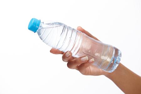 botella: mano de la mujer con una botella de agua