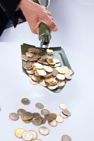 remuneraciones: pala con el dinero