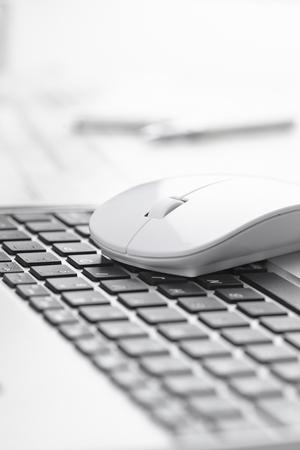 teclado de ordenador: ratón de la computadora cerca de teclado