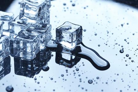 cubos de hielo: cubitos de hielo mojados
