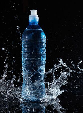 Bouteille d'eau pure et les éclaboussures autour de lui