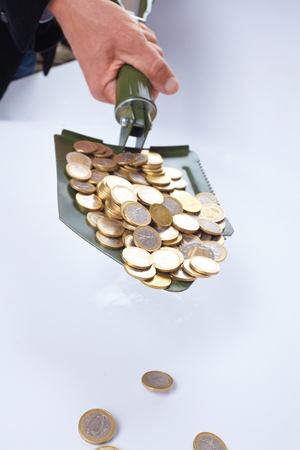 remuneraciones: shovel with money coins