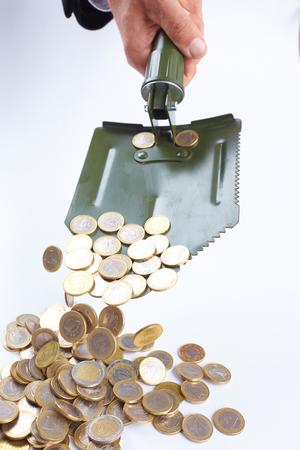 remuneraciÓn: pala con las monedas de dinero