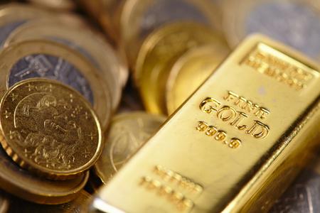 gold bar with coins Standard-Bild