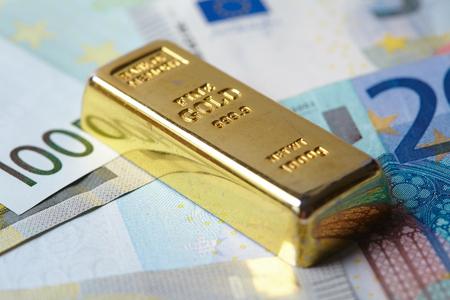 goldbar: gold bar with money Stock Photo