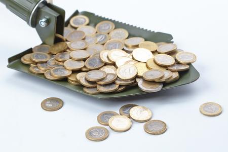 remuneraciones: shovel with money Foto de archivo