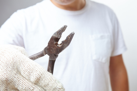 alicates: hombre con pinzas Foto de archivo
