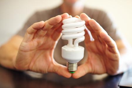 hand hold a lightbulb