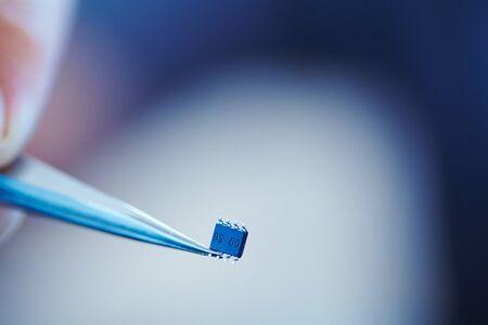 pinzas: microchip con pinzas