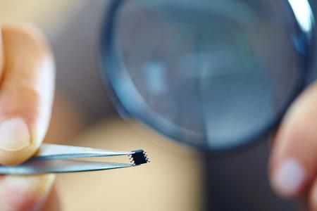pinzas: microchip with tweezers