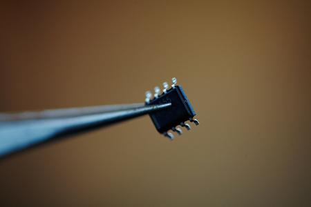 microchip met een pincet