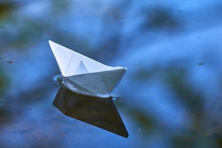 papieren boot op het water