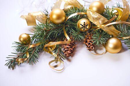 Weihnachtsbaum Ast.Weihnachtsbaum Zweig Mit Goldenen Kugeln Und Bändern Lizenzfreie