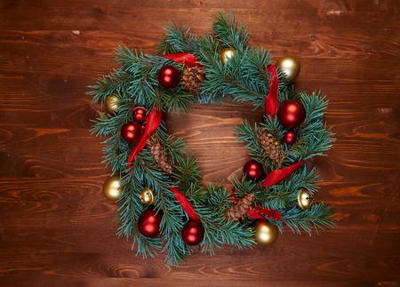 corona de navidad con bolas rojas y doradas