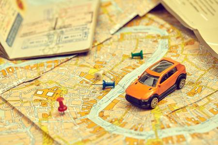 Concepto de viaje - pequeño coche de juguete en el mapa Foto de archivo
