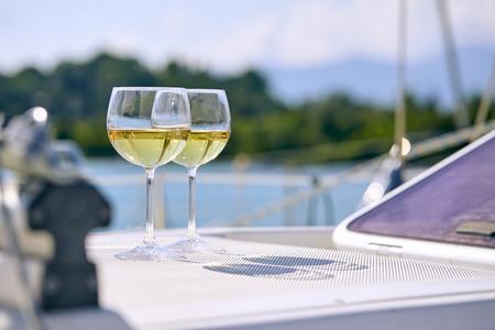 Paar Weingläser gegen die Yacht